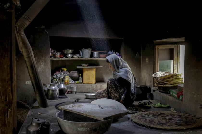 افغانستان – ۲۰۱۱ – یک زن افغان در شهر مرزی بدخشان نان میپزد – ۲۰۱۱ – دایانا مارکوسیان – مگنوم فوتوز</p>  <p>