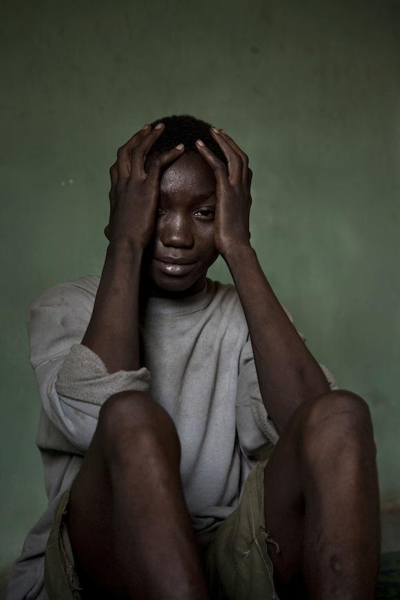 محمد کونته، ۱۴ ساله با مجازات ۳ سال حبس و یا پرداخت حدودا ۳۰ یورو، به خاطر حمل یک بسته ماریجوانا. او که خانوادهای برای کمک ندارد به احتمال زیاد مجبور به تحمل ۳ سال حبش خواهد بود. سیرالئون، ۵ فوریه ۲۰۱۰ - فرناندو مورالس - پانوس پیکچرز - برگزیده ۲۰۱۲ بورسیه تیم هترینگتون
