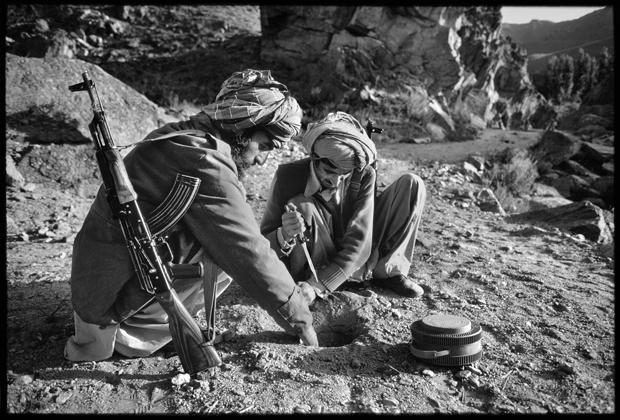 مجاهدین در حال مینگذاری در افغانستان - ۱۹۷۹