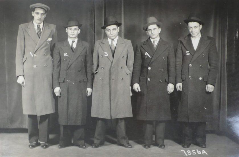 یکی از جفت عکسهای شناسایی صف مظنونین در پلیس آمریکا – ۱۹۳۳/۰۵/۰۱ (با و بدون کلاه) – اثر عکاس ناشناخته