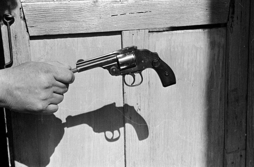 مکزیکوسیتی ۱۹۷۰ - اسلحه مربوط به جنایت – یک شوهر بر اثر حسادت ابتدا به همسر و سپس محبوب او شلیک میکند – من سایه را هم در قاب قرار دادهام، این کار مرا یاد فیلمهای گانگستری میاندازد – اثر انریکه متینیدز (Enrique Metinides)