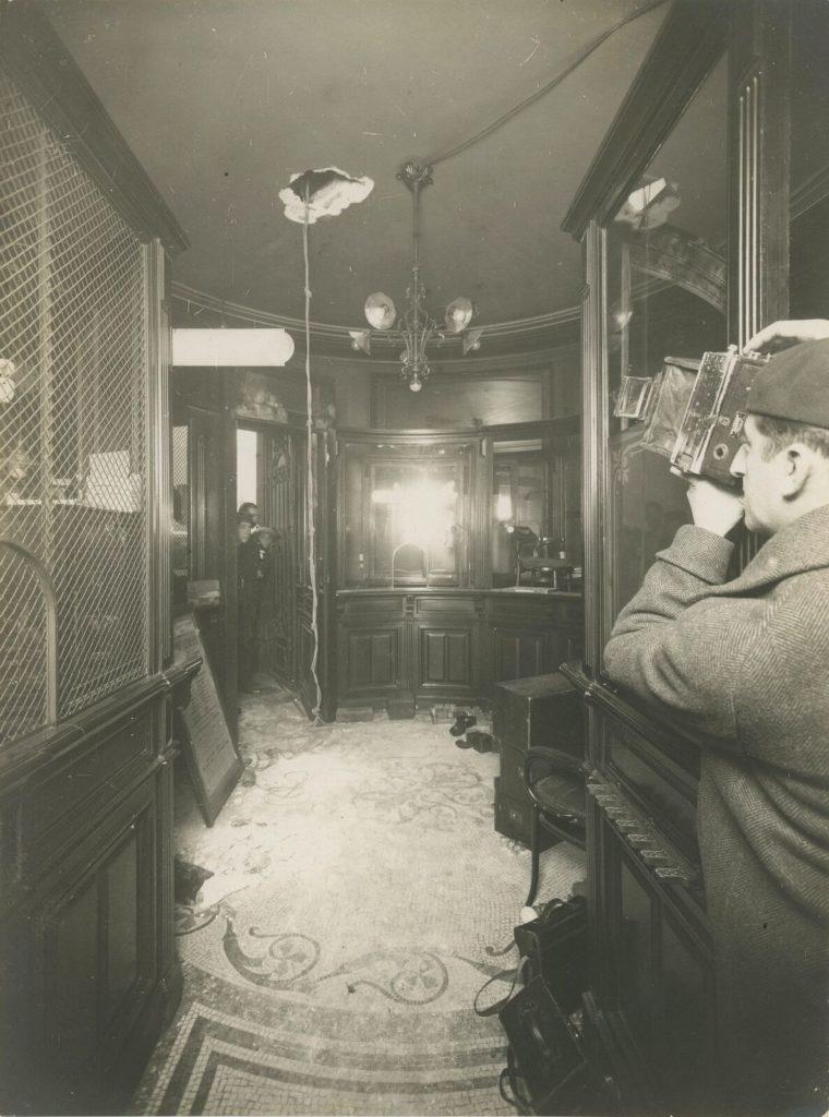 پلوتریو فاسی (متولد ۱۹۰۱) و فائوستو مانفردی (متولد ۱۹۰۴) در نوامبر ۱۹۳۳ از طریق سوراخ کردن سقف از کمپانی کانتوآغ لیون-آلمان ( Comptoir Lyon-Allemand) سرقت میکنند – دزدی یک گروه آنارشیست – عکاس ناشناخته
